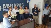 O presidente da ABRAPAC, Aldo Bien, conduz a homenagem aos comandantes Jordão e Falcão.
